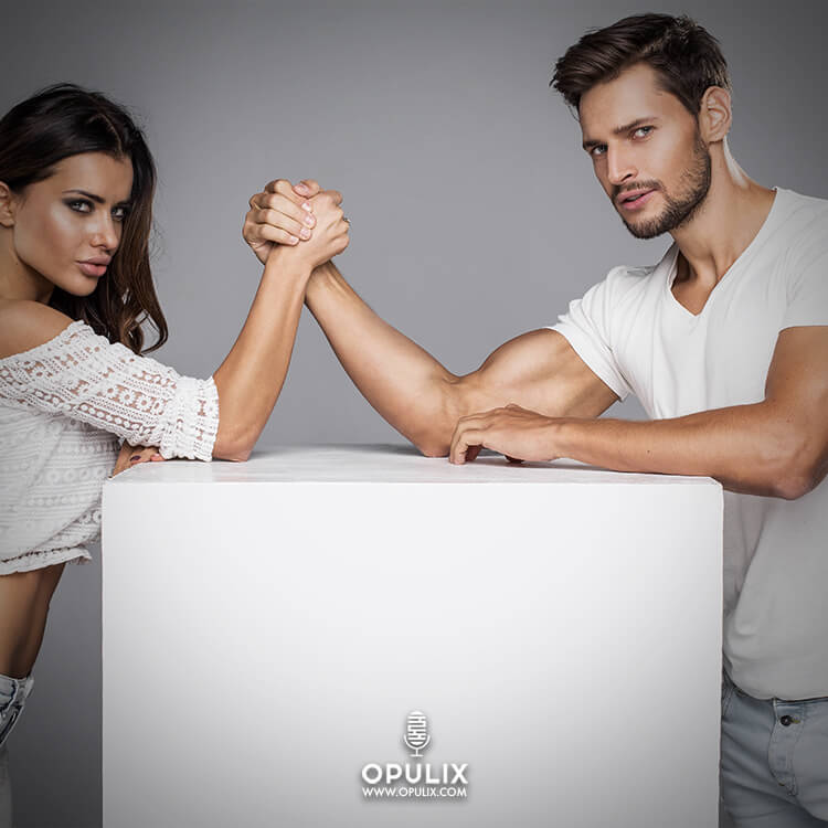 Hombre y mujer midiendo sus fuerzas