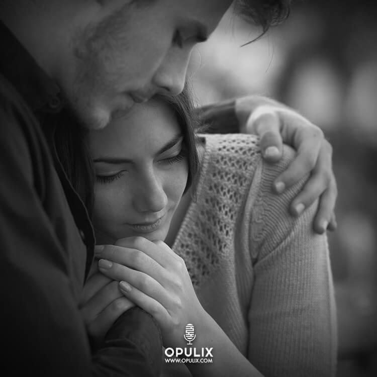 Una pareja abrazada