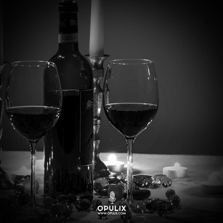 Mesa con botella de vino y dos copas