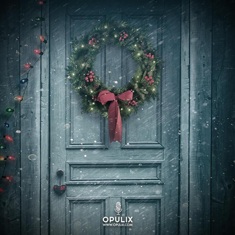 Adorno navideño en una puerta